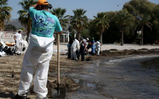 bid-to-clean-up-greek-tanker-oil-spillage-is-beset-by-problems