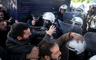 pame-unionists-tear-at-shutters-at-labor-ministry-clash-with-police