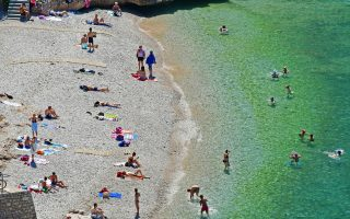 swimmers-flock-to-the-beach-amid-mini-heat-wave