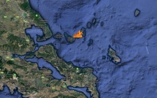alonissos-fire-forces-tourists-to-move