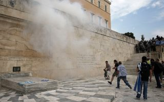 greek-police-fire-tear-gas-at-protesters-over-fyrom-name-deal