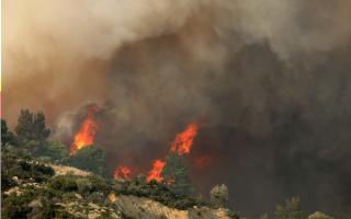 firefighters-battle-large-blaze-in-halkidiki