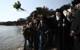 patriarch-holds-seaside-service-for-victims-of-mati-fire0