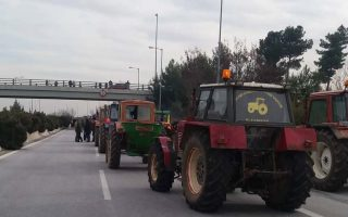 farmers-block-one-lane-on-national-highway-in-central-greece