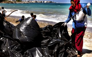 migrant-volunteers-clean-up-beach-in-corinth