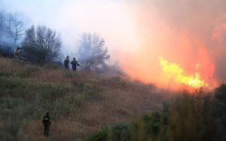 large-blazes-being-battled-in-east-attica-and-mani