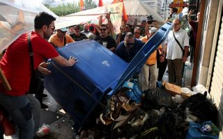 protesting-workers-unload-garbage-outside-ministry