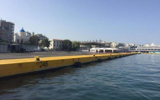 two-lightly-injured-after-car-drops-off-piraeus-pier