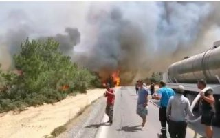rival-sides-in-cyprus-join-to-fight-wildfire-in-north