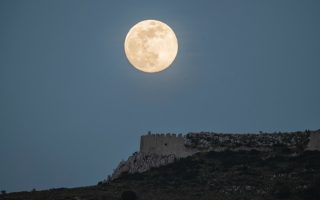may-amp-8217-s-flower-moon-seen-from-corinth