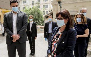 president-hails-doctors-and-nurses-on-hospital-visit
