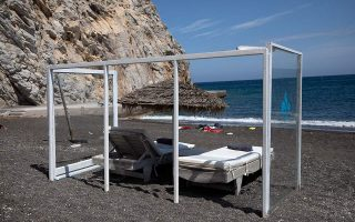 with-plexiglass-barriers-santorini-island-wants-visitors-to-return0