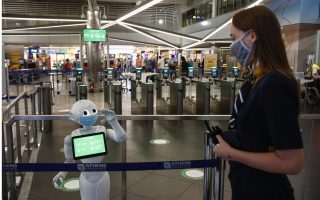 robot-reminds-travelers-of-safety-regulations-at-athens-airport