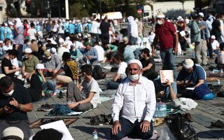 thousands-gather-around-hagia-sophia-for-first-friday-prayers0