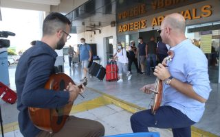 cretan-musicians-welcome-foreign-visitors0