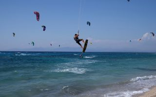 lefkada-kite-surfers-take-the-skies