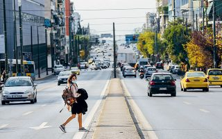 first-weekday-of-lockdown-sees-busy-streets-in-athens