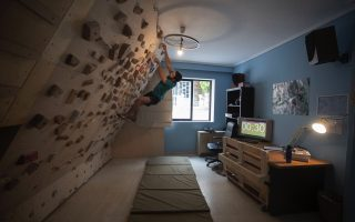 athlete-turns-living-room-into-climbing-wall-during-lockdown0