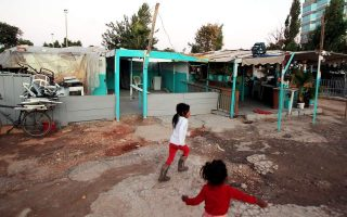 officials-head-to-roma-settlement-hit-by-coronavirus