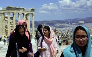 refugees-visit-the-acropolis