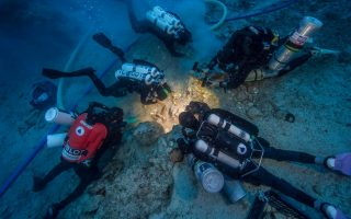 diving-down-to-the-antikythera-shipwreck