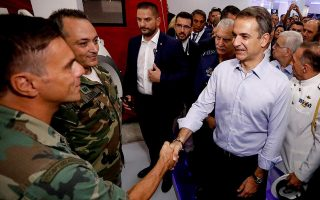 army-band-greets-mitsotakis-with-guns-amp-8216-n-amp-8217-roses-song