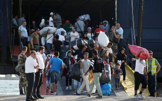 transfer-of-asylum-seekers-to-piraeus-delayed-due-to-bad-weather