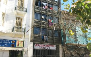 more-than-2-500-refugees-live-in-athens-squats
