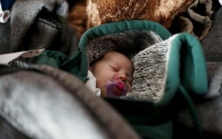 syrian-woman-gives-birth-at-idomeni-refugee-camp