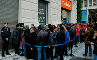 shoppers-line-up-for-black-friday-deals