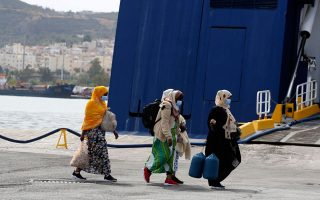 ferry-with-hundreds-of-migrants-from-islands-to-dock-at-lavrio