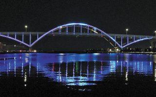milwaukee-bridge-lit-in-colors-of-greek-flag