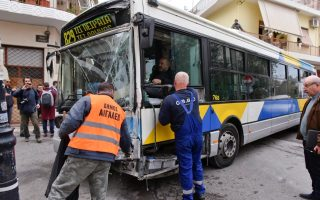 eleven-injured-in-bus-collision-in-western-athens