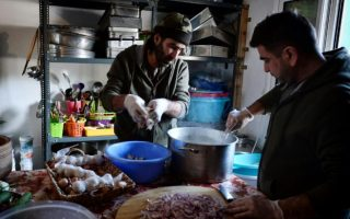 syrian-chef-serves-up-slice-of-home-in-greek-camp