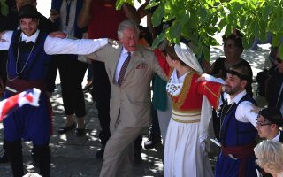 royal-couple-wrap-up-visit-with-traditional-dance