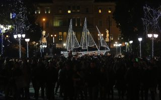 athens-sets-up-christmas-ship-in-syntagma-square