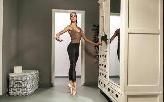amid-lockdown-a-ballerina-practices-in-her-bedroom