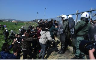 migrants-block-northern-greek-highway-in-2nd-day-of-protests