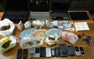 police-in-volos-nab-suspected-drug-dealing-couple-six-others