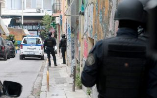 police-raid-house-in-exarcheia-in-anti-drug-sweep