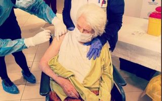 98-year-old-holocaust-survivor-vaccinated-in-thessaloniki