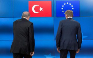 eu-turkey-migrant-deal-hanging-in-balance-report-says