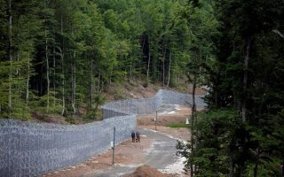 greece-arrests-two-turkish-service-members-at-border