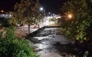 firemen-rescue-four-from-cars-swept-away-by-storm-in-thassos