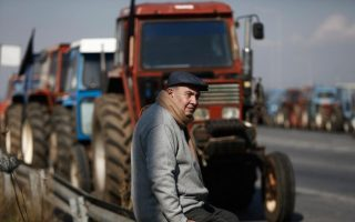 farmers-close-athens-thessaloniki-highway-in-central-greece