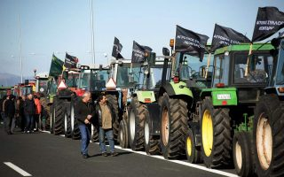 farmers-roll-out-tractors-in-larissa-to-protest-low-prices0