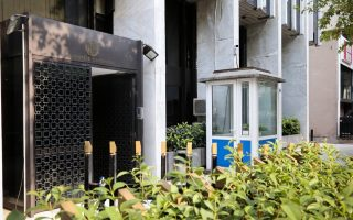 rouvikonas-anarchists-scale-gates-of-foreign-ministry