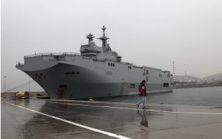 french-navy-helicopter-carrier-docks-at-piraeus