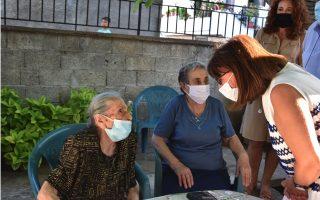 greek-president-meets-with-lesvos-grandmas0