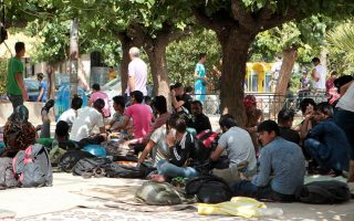 ministry-to-halt-refugee-transfers-to-athens-square